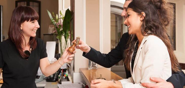 6 Things a Hotel Receptionist Should Never Do At Work